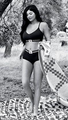 The Kardashian-Jenner sisters pose in underwear for Calvin Klein Kourtney Kardashian, Kim And Kourtney, Kardashian Jenner, Kardashian Kollection, Kylie Jenner Body, Kylie Jenner Outfits, Kendall And Kylie Jenner, Modelos Calvin Klein, Calvin Klein Models