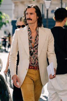 The Best Street Style from Paris Fashion Week - Daily Fashion 70s Fashion Men, Workwear Fashion, Best Mens Fashion, Mens Fashion Suits, Cool Street Fashion, Streetwear Fashion, Street Style, Paris Fashion, Hippie Fashion