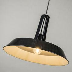 Lámpara colgante LIVING 40cm negro Lámpara colgante de metal de aspecto industrial, de color negro brillante con el interior de color blanco para que la iluminación sea óptima.