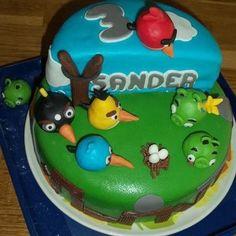 2 lagen taart met angry bird cake pops als decoratie