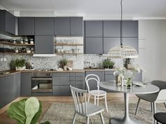 this kitchen wears the best shades of gray (via Stadshem)