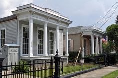 Seven Sisters - These shotgun houses are in the Garden District of New Orleans Louisiana. New Orleans Homes, New Orleans Louisiana, Shotgun House Interior, New Orleans Garden District, New Orleans Architecture, Greek Revival Home, Creole Cottage, Rustic Chic Decor, New Orleans French Quarter