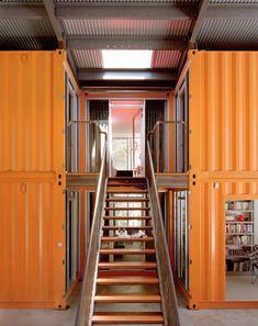 Accès aux chambres à l'étage de la maison container