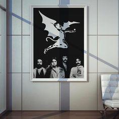 """<span style=""""line-height: 1.5"""">Poster Plugging Black Sabbath em papel de alta qualidade com impressão laser, suasdimensões são de 57centímetrosde largura e 80centímetrosde altura,o design do poster é inspirado na formação original da bandaBlack Sabbath.</span>"""