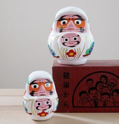 白くて、お腹にヒゲが生えてるこどもがいる!山梨県の郷土伝統工芸品「甲州親子だるま」|ローカルニュース!(最新コネタ新聞)山梨県 甲府市|「colocal コロカル」ローカルを学ぶ・暮らす・旅する Kitsch, Daruma Doll, Face Jugs, Japanese Toys, Maneki Neko, Wooden Dolls, Lucky Charm, Wood Sculpture, Two By Two