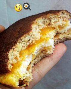 Ando meio viciada nesse pãozinho lowcarb... Tão bom que merece o repeteco da receita por aqui...  1 ovo batido ligeiramente com o garfo (tiro a pele da gema e já ensinei a fazer isso aqui vaaaaárias vezes! E quem ainda não viu, basta clicar na hashtag #ComoTirarApeleDaGema que encontra lá tudo explicadinho! ) 2 csopa de farinha de castanha de caju (pode ser de amêndoas, castanha do Pará ou farinha de coco) 2 csopa de água  Pitada de sal Pitada de fermento (com a ponta do cabo da colher) F...
