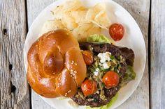 Burgers d'agneau, feta et salsa de tomates confites et d'olives vertes #recettesduqc #souper #agneau #burger #BBQ