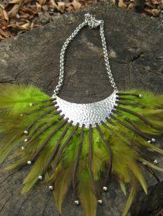 Collar étnico con plumas verdes, cuero y zamak.
