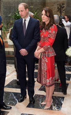 穿著 ALEXANDER MCQUEEN 的緞面印花套裝 兩位到達孟買的第一站就是向恐怖攻擊的罹難者默哀獻花。