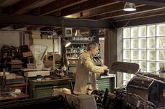 Jozias Boone   Jozias drukt met een authentieke letterpress drukpers en brengt terug wat weggeweest is: Nostalgie, de geur van papier, olie, inkt, metaal... Goed klantencontact is onontbeerlijk. Jozias adviseert graag bij de keuze van papier, techniek en kleur. http://www.handmadeinbelgium.com/drukenopmaakboonejozias/