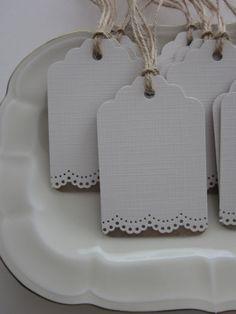 Lace trim gift tags --- Romantische cadeaulabels met een kantrand van Kraftpapier en cardstock set van 10 gebroken wit---Voor bedankjes, een wensboom of sweet table...