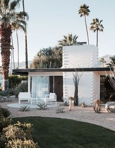 Hermann Reinvents an Iconic Palm Springs Hotel The Palm Springs resort everyone is talking about: L'Horizon.The Palm Springs resort everyone is talking about: L'Horizon. Palm Springs Hotels, Style Palm Springs, Modern Backyard Design, Exterior Tradicional, Mid Century Exterior, Beton Design, Villa, Mid Century House, Century Hotel