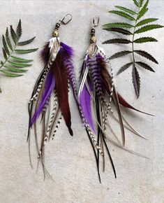 Dangling feather earrings with natural stones. Boho earrings in lavender colour. Feather Crafts, Feather Art, Feather Jewelry, Feather Earrings, Beaded Earrings, Beaded Jewelry, Handmade Jewelry, Feather Hair Clips, Fish Hook Earrings