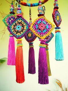 Crochet Inspiration: Granny squares look so cute in a little. - Crochet Inspiration: Granny squares look so cute in a little dream catcher! Crochet Inspiration: G - Crochet Diy, Crochet Motifs, Crochet Squares, Crochet Home, Love Crochet, Crochet Crafts, Yarn Crafts, Crochet Projects, Pom Poms