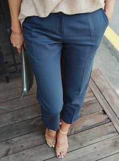 Today's Hot Pick :センターライン入りクロップドパンツ【iamyuri】 http://fashionstylep.com/SFSELFAA0003967/iamyuriijp/out 着まわし力抜群のスラックスパンツです。 人気のハンパ丈で脚長効果絶大◎ センターラインがタテのラインを強調し脚をスリムに見せてくれます。 ウォッシング効いたナチュラルなネイビーカラーが大人っぽい印象を与えます。 白シャツと合わせるとシンプルな通勤スタイルが完成します。 ◆1色:ネイビー