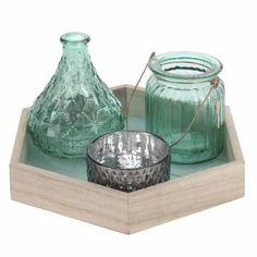 4-delige decoratieset bestaande uit een houten onderbord, glazen vaasje met kunstbloem en twee glazen theelichthouders.