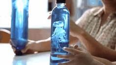 Usa una bolsa de plástico para hacer una medusa en un frasco. | 35 Experimentos científicos que son básicamente mágicos