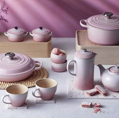 The Le Creuset shell pink collection is a new collection featuring ombre detailing and inspired by pastel pink sea shells found along beaches. Cooking Gadgets, Cooking Tools, Le Creuset Pink, Le Creuset Set, Cooking Utensil Holder, Marble Jar, Teintes Pastel, Le Creuset Stoneware, Couleur Fuchsia