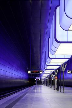 Pfarre Lighting Design uses color-changing LEDs in a new Hamburg subway station, making it a metaphor for the vibrant and evolving quarter it serves. U Bahn Hamburg, Hamburg Germany, Bay Area Rapid Transit, U Bahn Station, Train Station, S Bahn, Fotografia Macro, Metro Station, Lighting Solutions