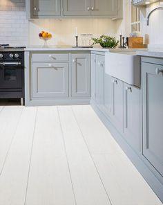 #Trägolv #Rappgo Mörkaskog White Pine Vitmålad #Furu RappLoc - Plank  Wooden floors and grey cabinets