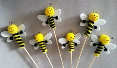 on the wooden stick. ideal for decorating dimensions: x with rod). Bee Hat, Bee Crafts For Kids, Bee Pictures, Baby Shower Yellow, Diy Artwork, Craft Show Ideas, Bees Knees, Spring Crafts, Bottle Crafts