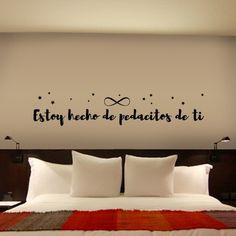 """Vinilo para pared con la frase """"Estoy hecho de pedacitos de ti"""", con el símbolo infinito y pequeñas estrellas. Pegatinas para paredes con frase original."""
