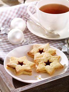 Knusprige Plätzchen mit gemahlenen Mandeln und Konfitüre zu Weihnachten