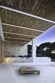 Strakke loungehoek met prachtige terrasoverkapping rietmatten