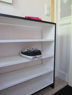 Tee-se-itse-naisen sisustusblogi: Old Shelf Turned into a Black and White Shoe Rack