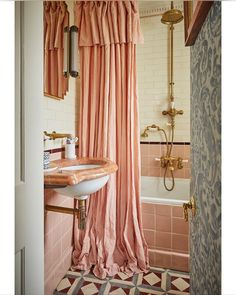 designed this wonderful bathroom and used our Hanley tiles. She has mixed 4 shapes (Skirting, Square, Liner and Rectangle) in 3 colours (dusty rose, straw & pomegranate). And how about that shower curtain? Photo by so beautiful Tara, thank you 🙏 Dream Bathrooms, Beautiful Bathrooms, Small Bathroom, Cottage Bathrooms, Luxurious Bathrooms, Bathroom Goals, Bathroom Ideas, Vintage Shower Curtains, Interior Decorating