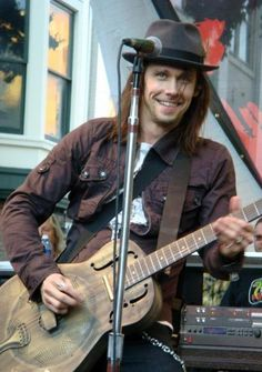Myles Kennedy and his beautiful blue eyes and smile.