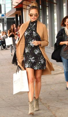 Street style look vestido florido, casaco bege e bota bege.