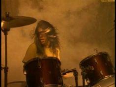 En el 91 aparece NeverMind y canción más conocida fue Smell like teen Spirit que marcó la estética de los videos de música alternativa el video fue dirigido por Samuel Bayer, y presenta una parodia del mundo de los adolescentes estadounidenses en los 90s http://j.mp/TriSqV