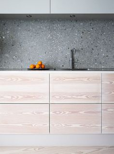 Grey terrazzo kitchen backsplash contrasts the light colored cabinets. Terrazzo inspiration for home interiors and redecoration ideas. Scandinavian Kitchen, Scandinavian Furniture, Scandinavian Design, Scandinavian Apartment, Design Apartment, Apartment Interior, Kitchen Interior, Kitchen Dinning, Kitchen And Bath