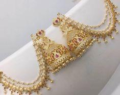 Indian Jewelry Sets, Indian Wedding Jewelry, Bridal Jewelry Sets, Jewelry Design Earrings, Gold Earrings Designs, Ear Jewelry, Gold Bangles Design, Gold Jewellery Design, Jewelry Closet