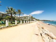 Apartamento espacioso de 2 dormitorios en primera línea de playa en venta en la Nueva Milla de Oro, Marbella. Orientación suroeste, piscina y jardines comunitarios