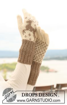 "Knitted DROPS gloves with reindeer in ""Fabel"" and ""Alpaca"". ~ DROPS Design"