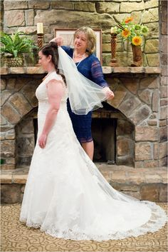 Mom helping bride with wedding veil   How to Make Your Wedding Unique   East TN Wedding Photographer   Melinda Sheree Photography