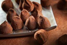 I tartufini al cioccolato sono un dolcetto veloce da preparare ma sopratutto gustosissimo, perfetto per ospiti inattesi. Ecco la ricetta