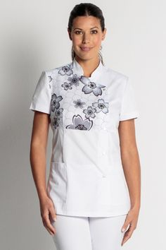 Chaqueta  estampada flores blanca manga corta Spa Uniform, Uniform Shop, Scrubs Uniform, Staff Uniforms, Medical Uniforms, Nursing Clothes, Sewing Clothes, Scrub Suit Design, Dental Scrubs