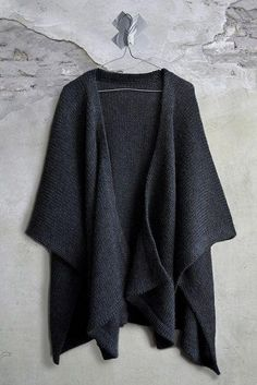 lovely knit poncho sweater - great to warm up in the office or to wear during chilly fall days Fashion Mode, Look Fashion, Winter Fashion, Womens Fashion, Fashion Black, Timeless Fashion, Mode Style, Style Me, Poncho Sweater