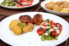 Saltbagte kartofler med basilikum-hvidløgsdip, grøntsager og barbequemarineret svinemørbrad