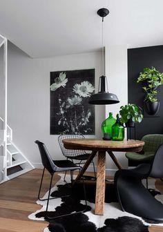 Ronde eettafel, koeienhuid en zwart-witte poster | Round dining table, cowhide rug and black and white poster | vtwonen 09-2017 | Fotografie Stan Koolen