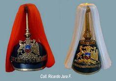 """Cascos """"pickelhauben"""" de banda de guerra (izquierda) y de cadetes (derecho) de la escuela militar del Ejército de Chile / Chilean Army military band (left) and military school cadets' (right) pickelhaube helmets."""