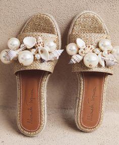 9 Super Comfortable DIY Sandals for Chic Womens Cute Flats, Cute Shoes, Me Too Shoes, Flat Sandals, Shoes Sandals, Heels, Embellished Sandals, Crochet Shoes, Shoe Art
