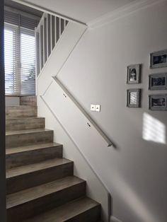 biało szare schody, białe schody drewniane, zabielane schody, jak pomalować schody drewniane, zabielane schody drewniane, schody bielone, czym malować schody drewniane, schody vintage, schody shabby, schody retro, pomaluj sam schody Staircases, Retro, Room, Home Decor, Vintage, Ideas, Bedroom, Decoration Home, Stairs