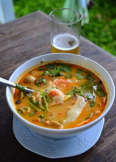 kip-kokossoep 150 gram kipfilet 400 ml kippenbouillon 200 ml kokosmelk of kokoscrème 100 gram champignons 4 cm verse laoswortel 3 citroenbladeren 1 stengel citroengras 1 el citroensap 1 kleine chilipeper 2 el vissaus 2 takjes koriander Chilisaus Thai Hot And Sour Soup, Thai Tom Yum Soup, Spicy Thai Soup, Thai Shrimp Soup, Thai Chicken, Creamy Chicken, Chicken Soup, Soup Recipes, Vegan Recipes
