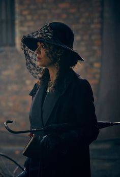 Helen McCrory as Aunt Polly in Peaky Blinders Aunt Polly Peaky Blinders, Peaky Blinders Grace, Peaky Blinders Series, Gatsby Girl, Red Right Hand, Bellatrix, Movie Costumes, Dark Beauty, Movies And Tv Shows