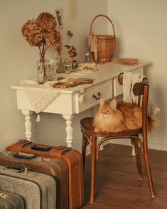 Find images and videos about vintage, cat and autumn on We Heart It - the app to get lost in what you love. Vintage Room, Retro Vintage, Casa Retro, Cottage In The Woods, Aesthetic Bedroom, New Room, Dream Bedroom, Room Inspiration, Sweet Home