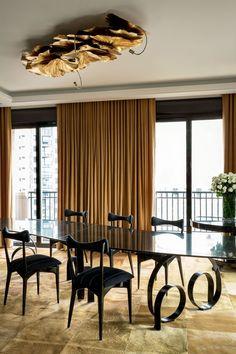 A sala de jantar traz mesa de Candida Tabet, cadeiras de Ico Parisi, lustre da Scatto Lampadario e cortinas da Donatelli